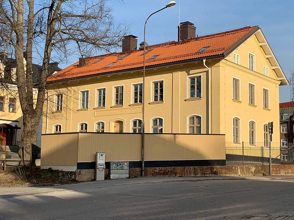 Solna Enskilda skolas gula skolbyggnad i solsken